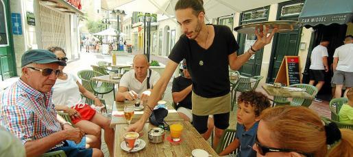 El sector de la hostelería es uno de los que atrae a más trabajadores de fuera de Balears que se desplazan a las Islas para la temporada de verano, pese a que en los últimos años se han encontrado con dificultades por el encarecimiento del precio de la vivienda.