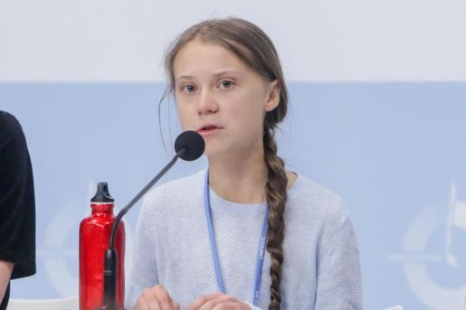Greta Thunberg junto a otros activistas climáticos dando una rueda de prensa.