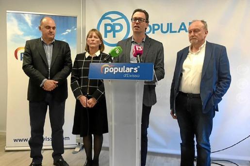 Vicent Marí, Virginia Marí, Toni Costa y Mariano Juan, en rueda de prensa ayer en la sede del PP en Ibiza.