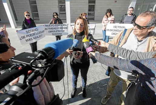 Los trabajadores del Instituto de Medicina Legal y Ciencias Forenses realizaron ayer una nueva concentración de protesta ante la sede judicial, que fue visitada por una delegación del PP.