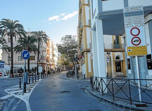 En la zona se mantiene el semáforo ámbar, la señal de acceso restringido y la de zona azul.