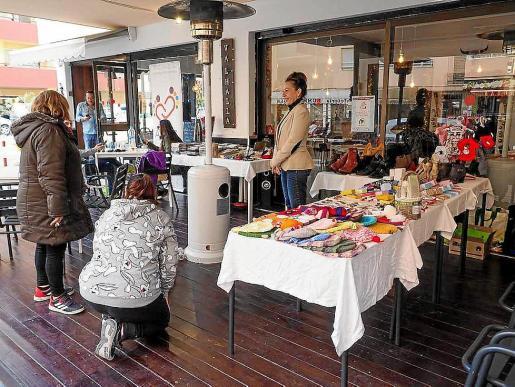 Susana, atendiendo a sus clientes ayer, en la inauguración del mercado navideño en la terraza de su local en el centro de Ibiza, en la calle Bisbe González Abarca nº 12.