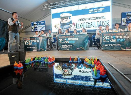 Alrededor de cien niños participaron en el primer día del concurso en medio de un ambiente animado y festivo.