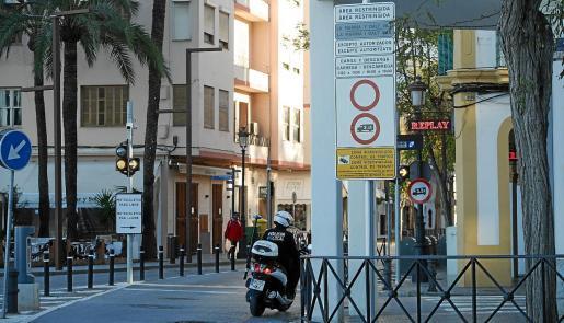 Aún permanecen en la zona las señales que limitan el acceso pese a que hasta el 30 de abril se puede entrar de manera libre.
