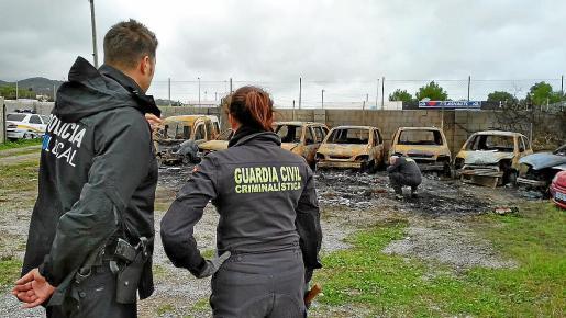 Dos agentes de Criminalística se desplazaron a Ibiza para inspeccionar el escenario del incendio.