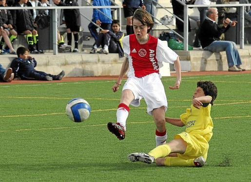 Un lance de un partido entre el Ajax y el Villarreal, de la extinta Ibiza Cup.