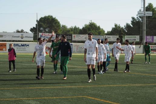 Los jugadores de la Peña Deportiva se retiran cabizbajos tras empatar contra el Racing de Ferrol.