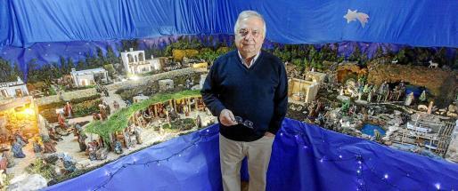 Serafín Grivé presentó ayer su belén en una de las salas de su vivienda en sa Carroca. La construcción tiene más de 250 figuras y recreaciones del patrimonio de Ibiza.