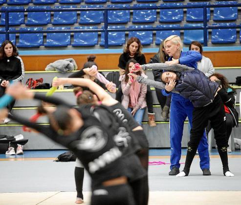 La gimnasta israelí, con la ayuda de Samofalov, adopta una postura concreta.