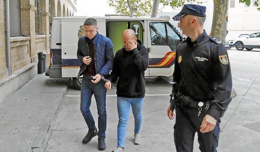 Uno de los detenidos, a la izquierda. Foto: A. SEPÚLVEDA