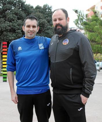 Coria y Pepo, entrenadores del Kia Gasifred y el Harinus Ibiza, posan en el Parque de la Paz.