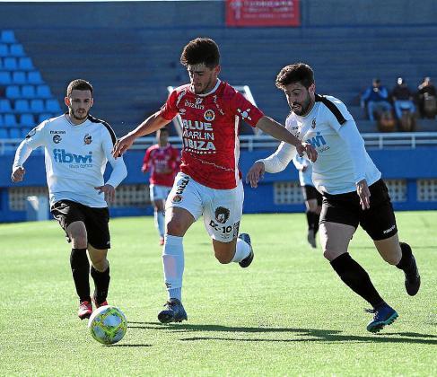 Arias, del CD Ibiza, conduce el balón durante el partido contra el Constància.