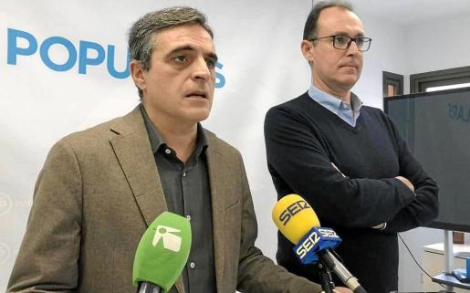 El portavoz del PP de Vila, José Vicente Marí Bosó, junto al portavoz adjunto, Jacobo Varela.