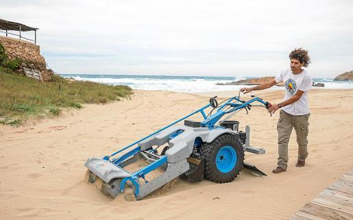 La nueva maquinaria de limpieza logra retirar los trozos de plásticos más pequeños, a través de un cribado más fino de la arena pero también recoge materia natural de la playa.