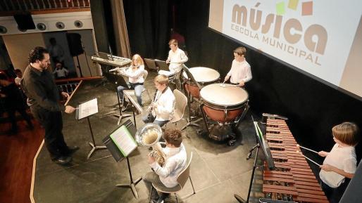 Ayer en el Teatro España de Santa Eulària los grandes protagonistas fueron los miembros de l'Escola Municipal de Música.