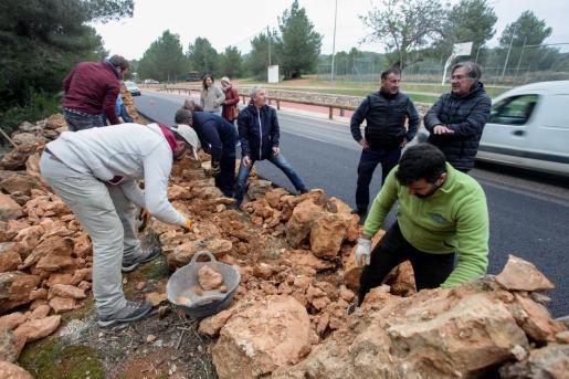 Unas imágenes del curso de prevención y construcción de la 'paret seca'.