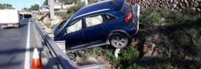 Herido leve tras una aparatosa salida de vía de un vehículo en Ibiza