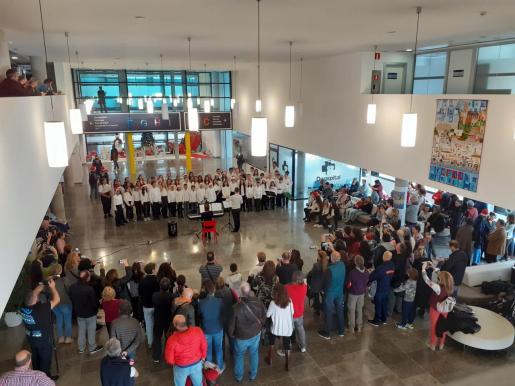 El coro del Conservatorio Ciudad de Ibiza han deleitado a pacientes y profesionales sanitarios.