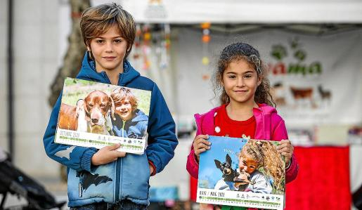 Pablo y Celeste, dos niños que han adoptado perro y que aparecen en el calendario.