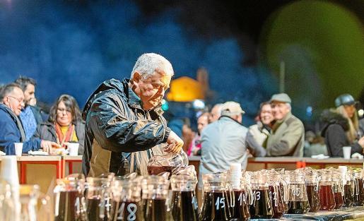 La Festa des Vi Pagès se ha convertido en un clásico del invierno en la isla y son muchas las personas que año tras año acuden a disfrutar con los vinos de la zona, la sobrasada y el 'butifarró'.