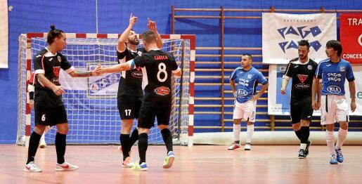 Varios jugadores del Harinus celebran el primero de los goles de ayer.