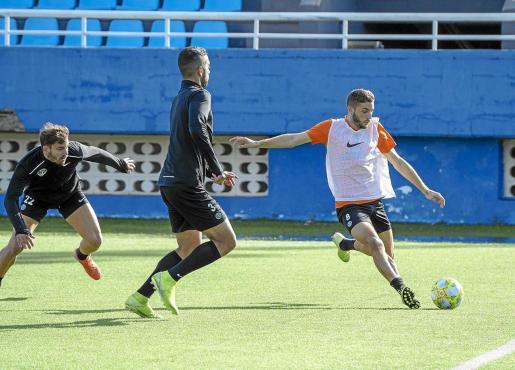 Caballé se dispone a golpear el balón ante la oposición de Kike López y Rubén, durante un entrenamiento de la UD Ibiza.