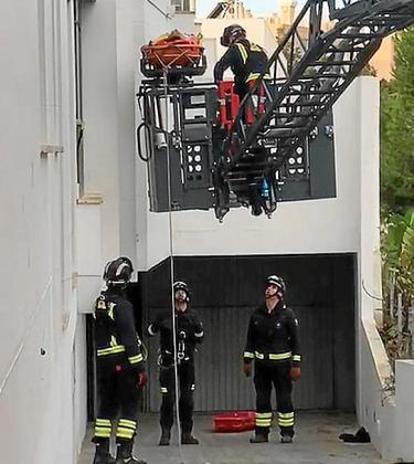Los bomberos en plena acción rescate del 'trepador' de s'Illa Plana.