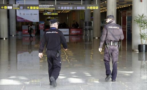 Agentes de la Policía Nacional, en el aeropuerto de Palma.
