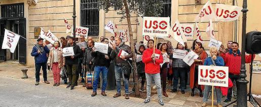 Desde hace unas semanas, representantes del sindicato USO protagonizan protestas cada martes, día de sesión plenaria, ante el Parlament para llamar la atención sobre la situación de la enseñanza concertada. No descartan organizar movilizaciones más llamativas y directas.
