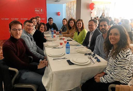 La presidenta Armengol viajó a Ibiza para asistir a la tradicional comida de hermandad socialista ibicenca, cuya recaudación de este año se destinará a la asociación Addif. Las juventudes socialistas, además, siguieron con su campaña de recogida de juguetes.