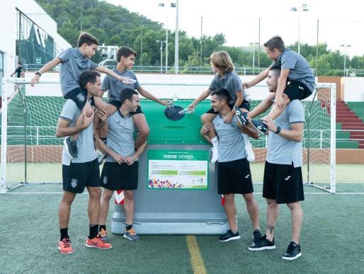 Los jugadores de la Peña Deportiva Santa Eulària nos proponen cuidar el medioambiente juntos como máximo objetivo para 2020