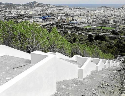 Escalera construida en la montaña en el polígono 32 de la zona de Cas Mut.