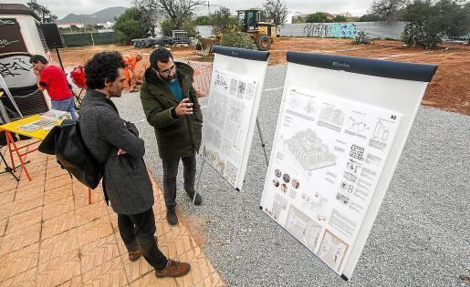 Los arquitectos de las VPO de Platja d'en Bossa explican sus proyectos sobre el terreno.