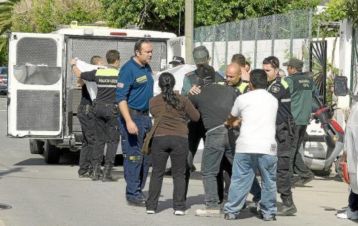 Agentes de la Policía Local de Sant Antoni y de la Guardia Civil tratan de tranquilizar al padre de la víctima en el lugar del suceso.