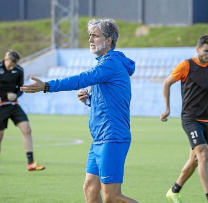 Pablo Alfaro da instrucciones durante un entrenamiento.