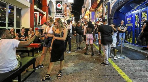 El Govern apunta al West End como una de las zonas de 'turismo de excesos' de Balears.