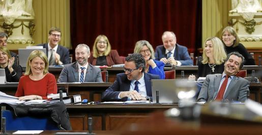 Diputados del Grupo Popular, ayer, riendo tras una intervención de una diputada socialista en el Pleno del Parlament.