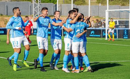 Los jugadores de la UD Ibiza celebran el primer gol de Rodado