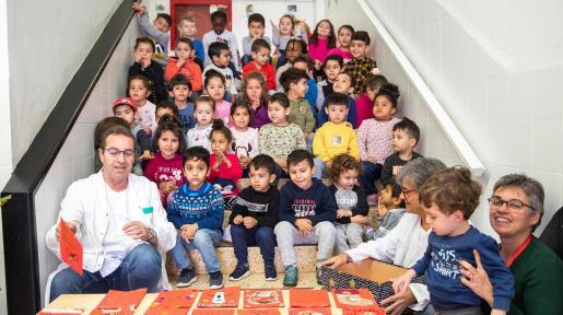 Los alumnos de Cas Serres entregaron unas 140 postales a los pacientes de Can Misses