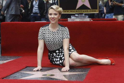 Scarlett Johansson posa junto a su estrella del paseo de la Fama de Hollywood.