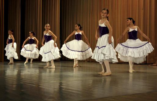 Un grupo de alumnas, durante una de las coreografías que bailaron ayer.