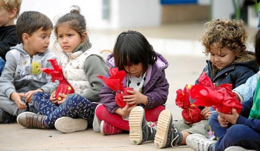 Los alumnos del CEIP Torres de Balàfia organizaron ayer 'la clase invisible', donde repartieron regalos con materiales reciclados.