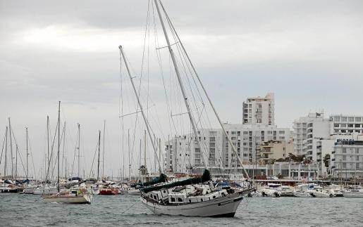 Un día desapacible. La jornada de ayer se caracterizó por fuertes rachas de viento intercaladas con lluvia y provocó caídas de árboles en las carreteras, así como desplazamiento de mobiliario urbano y que barcos encallaran en Sant Antoni, entre otras incidencias.