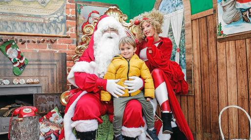 Un gran número de niños, jóvenes y mayores se acercaron ayer al paseo Vara de Rey para visitar a Papá Noel, realizar talleres, escuchar cuentos y probar los dulces navideños.