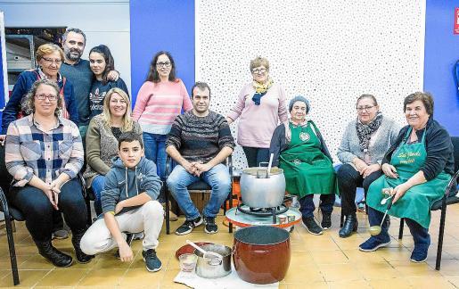 El taller de salsa de Nadal celebró ayer su tercera edición en la sala de la plaza de Sant Jordi.
