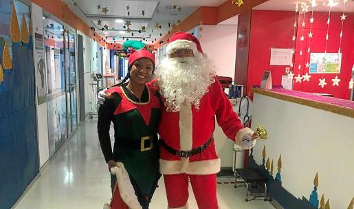 Papá Noel y su elfa en el Hospital Can Misses ayer.