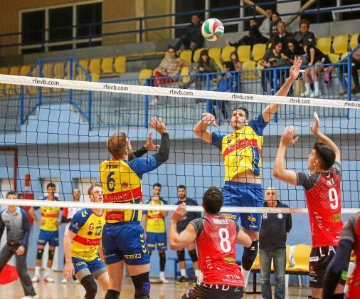 Sugrañes se eleve para rematar un balón colocado por Putini en el partido que enfrentó al Ushuaïa contra el Manacor.