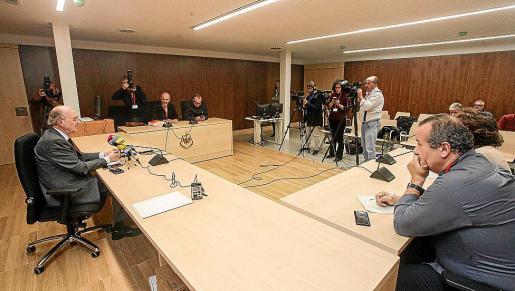 El presidente del TSJIB, Antonio Terrasa, en la sala 'tomada' por los periodistas.