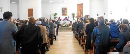 La parroquia de la Sagrada Familia congregó ayer a una gran audiencia de vecinos del barrio que no quisieron perderse la misa solemne del obispo de Ibiza y Formentera, Vicente Juan Segura.