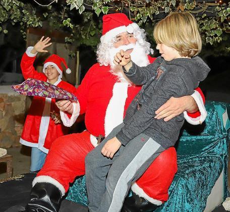 Los niños entregarona Papá Noel las cartas con sus deseos.